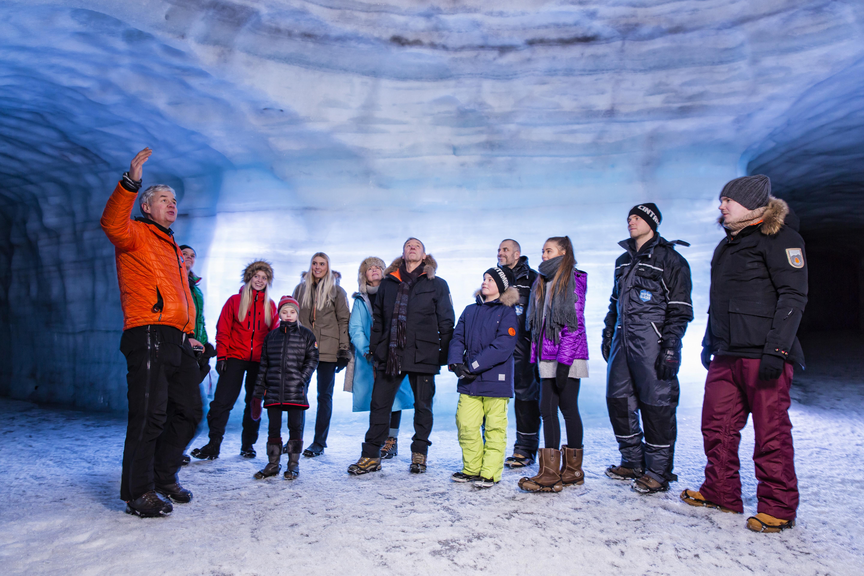 랭요쿨 빙하 얼음터널에 대해 설명하는 전문 가이드