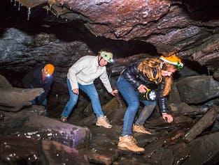 レイキャビク発 レイザレンディの溶岩洞窟ツアー