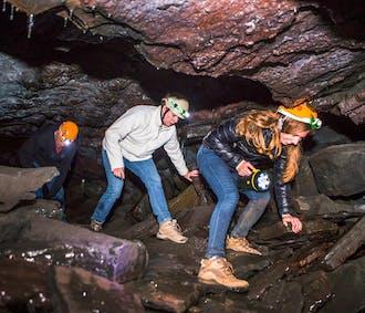 Visite de la grotte de lave Leidarendi