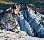 Des couches de strates peuvent être vues dans Sólheimajökull, révélant une histoire d'éruptions.