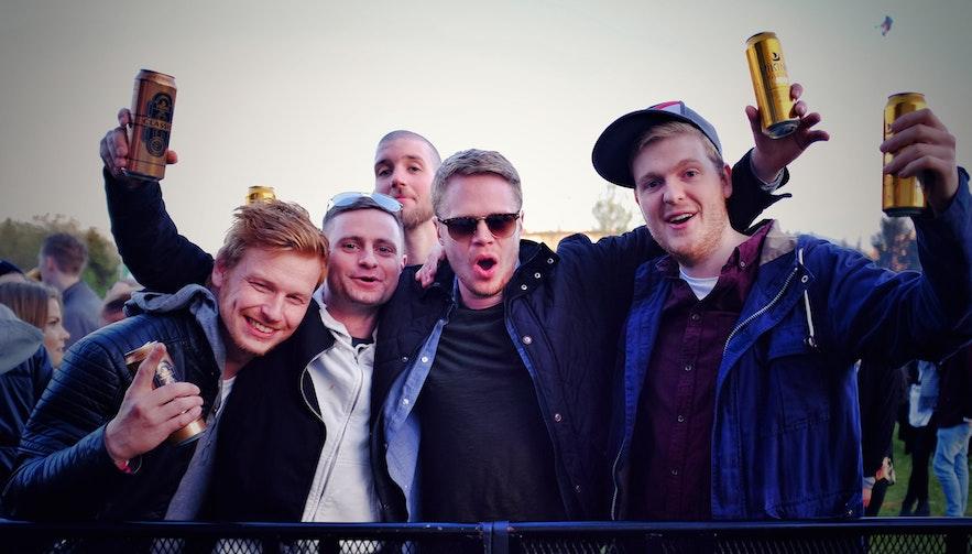 冰岛秘密夏至音乐节上的冰岛年轻人们