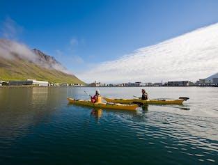 Sal en kayak a los Fiordos del Oeste en verano desde Ísafjörður.