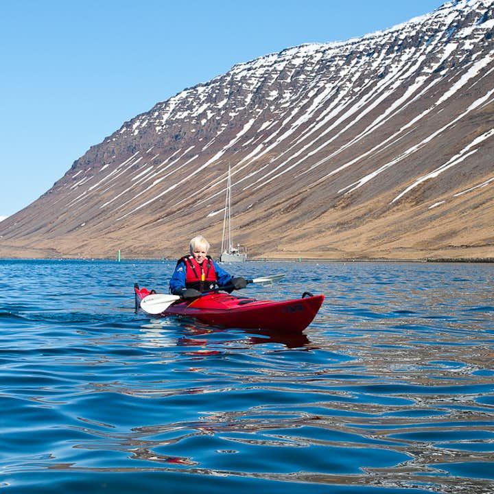 En esta excursión de verano en kayak desde Ísafjörður se proporcionan un traje de flotación y un chaleco salvavidas.