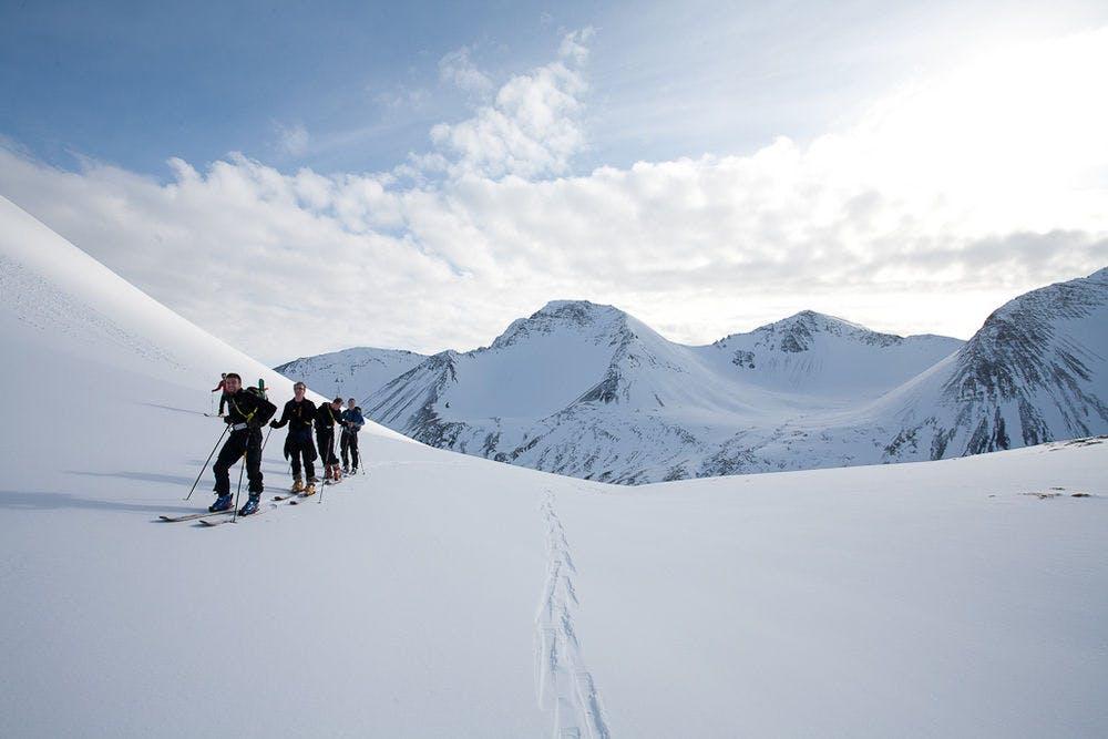 在冰島白茫茫的雪中享受滑雪的樂趣