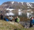 Pause au bord d'un fjord dans les fjords de l'Ouest en Islande