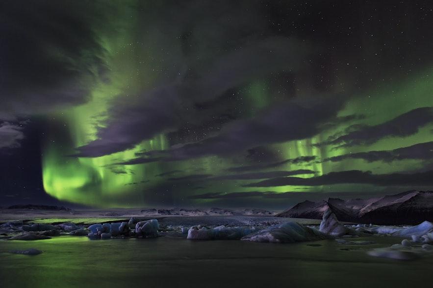 ヨークルスアゥルロゥン氷河湖に現れたオーロラ