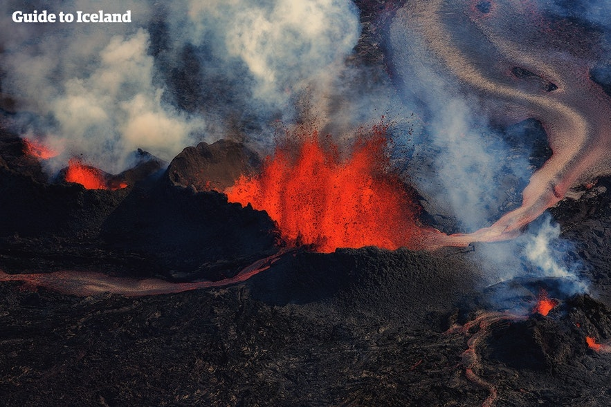 A helicopter captures the eruption of Holuhraun.