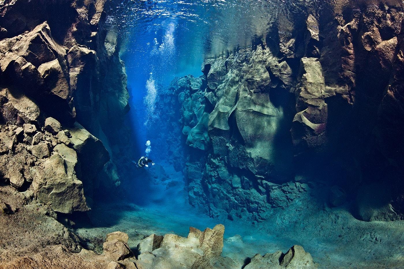 在冰岛浮潜