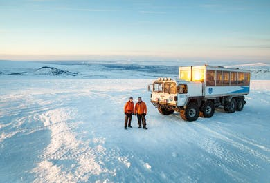 Eksplorowanie tunelu w lodowcu Langjokull