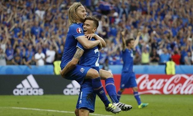 Birkir and Arnór Ingvi hug after the winning goal against Austria