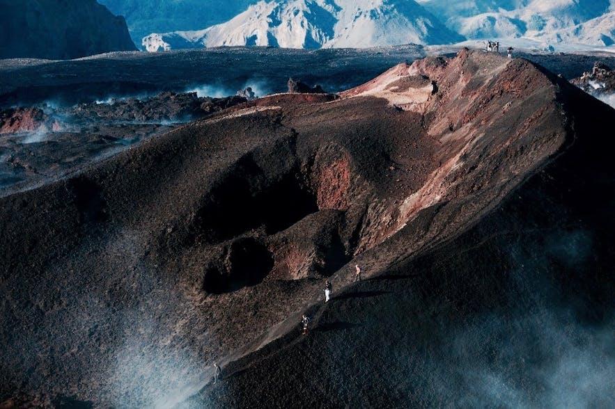 探险者们穿越菲姆沃罗豪尔斯山(Fimmvörðuháls)山脊
