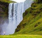 Au puissant Skógarfoss, vous pouvez marcher jusqu'au bord de l'eau qui tombe.