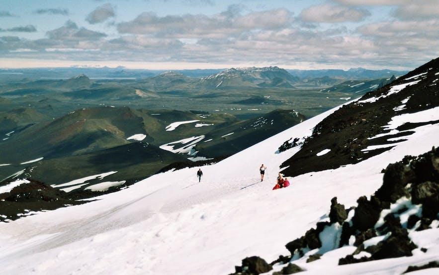なだらかなヘクラ火山の稜線を楽しむ人々