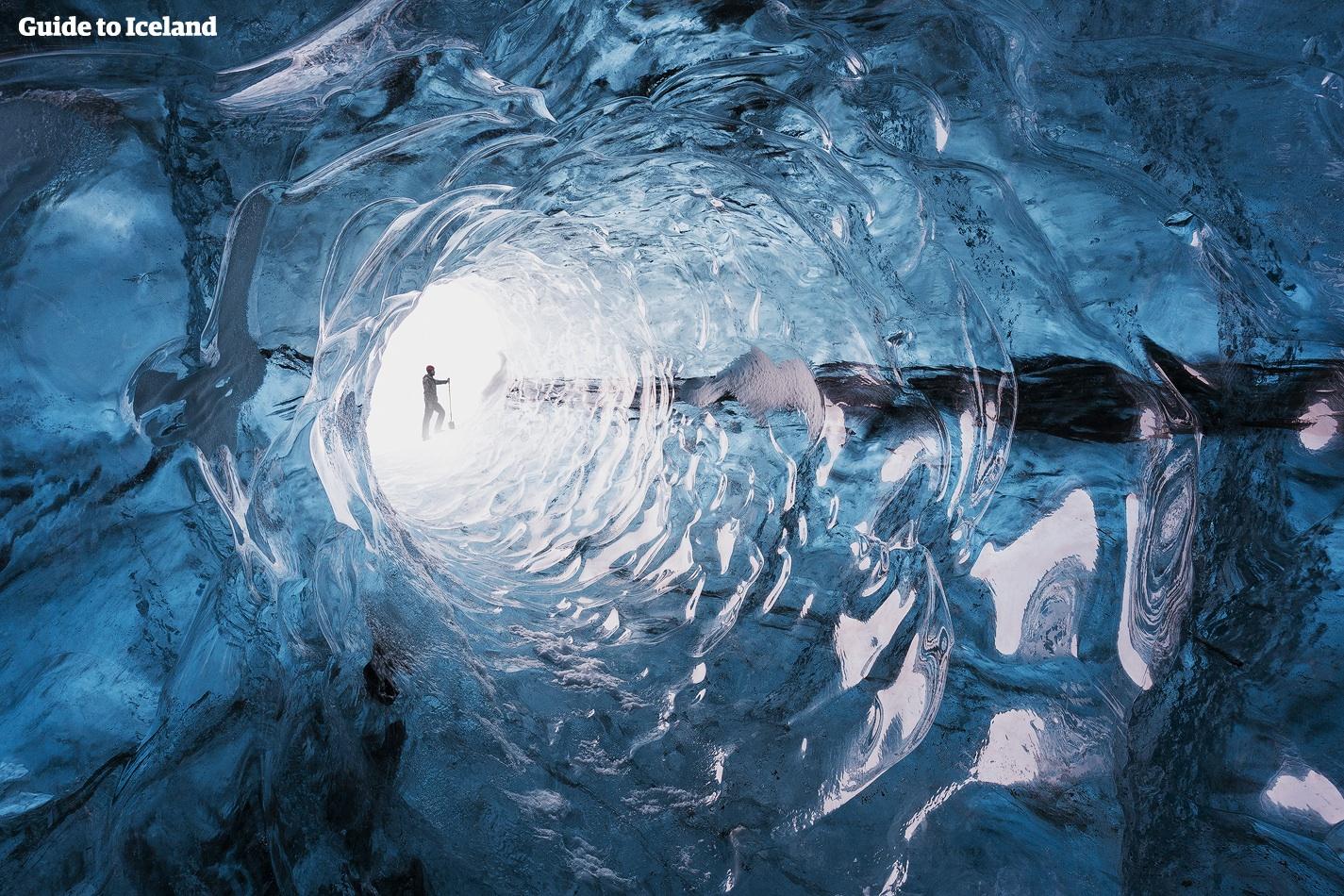 En naturligt dannet istunnel inde i en af Islands enorme gletsjere.