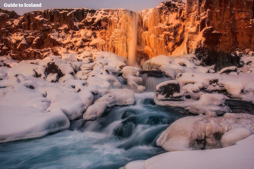 辛格维利尔(Þingvellir)国家公园的Öxarárfoss瀑布