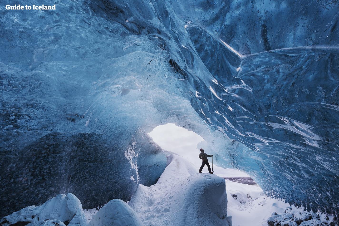 หมวกนิรภัยและค้อนมีความำเป็นสำหรับการเที่ยวชมถ้ำน้ำแข็ง ฉะนั้นสวมหมวกที่บางและรองเท้าปีนเขาที่แข็งแรง
