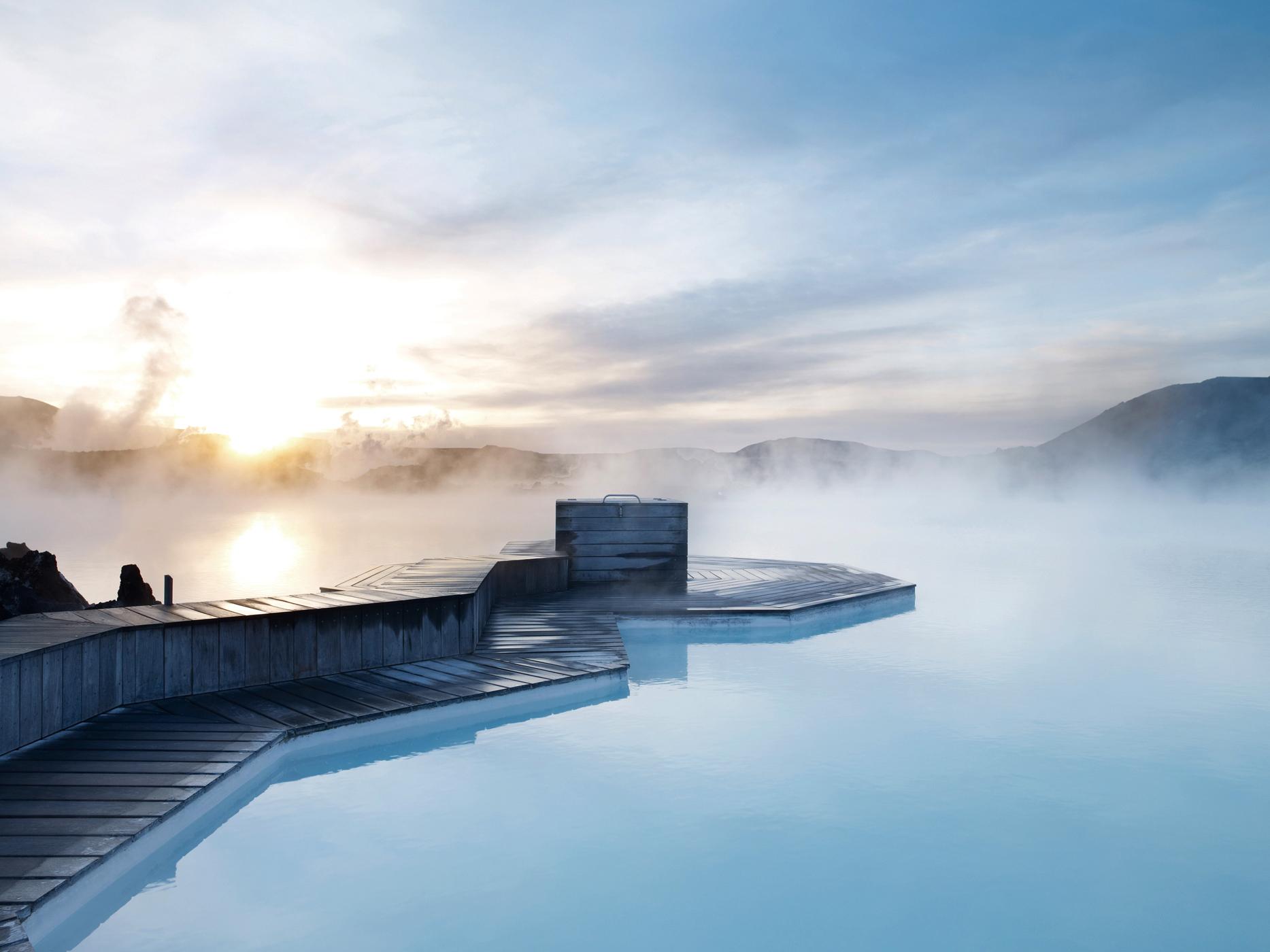 Dampf steigt von dem azurblauen Wasser in Islands beliebtesten Schwimmbecken und Wellnessbas, der Blauen Lagune, auf.