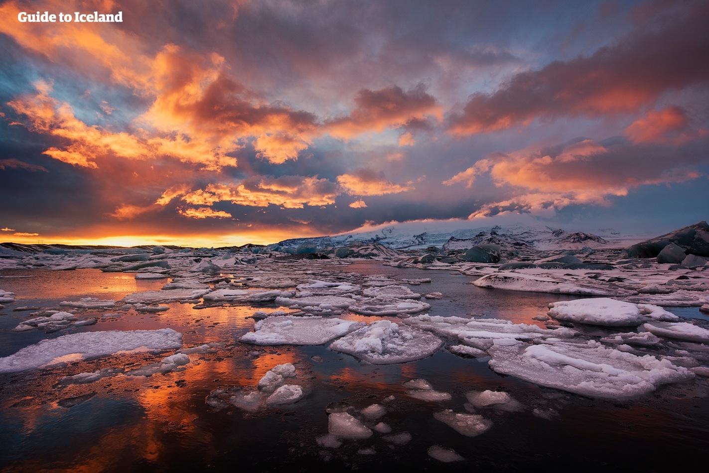 夏季的神奇午夜阳光倒映在冰岛东南岸的杰古沙龙冰河湖中。