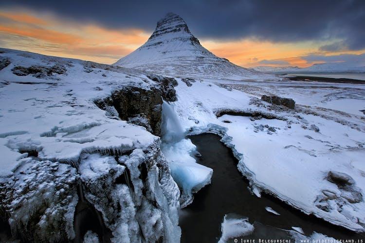 Zimowe krajobrazy półwyspu Snaefellsnes, na zdjęciu słynna góra Kirkjufell przykryta śniegiem.