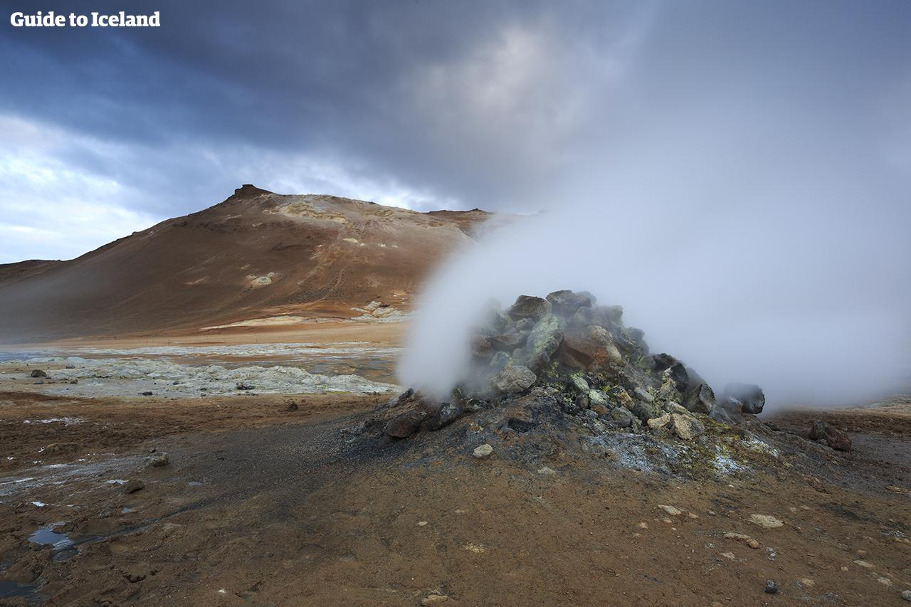 En del av Diamantsirkelen på Nord-Island er Námaskarð-passet, der fumaroler fordamper og varme kilder koker.