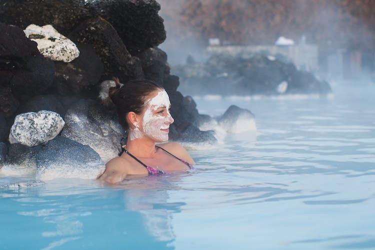 ブルーラグーンの温泉に浸かって、スキンケアマスクをしてリラックス