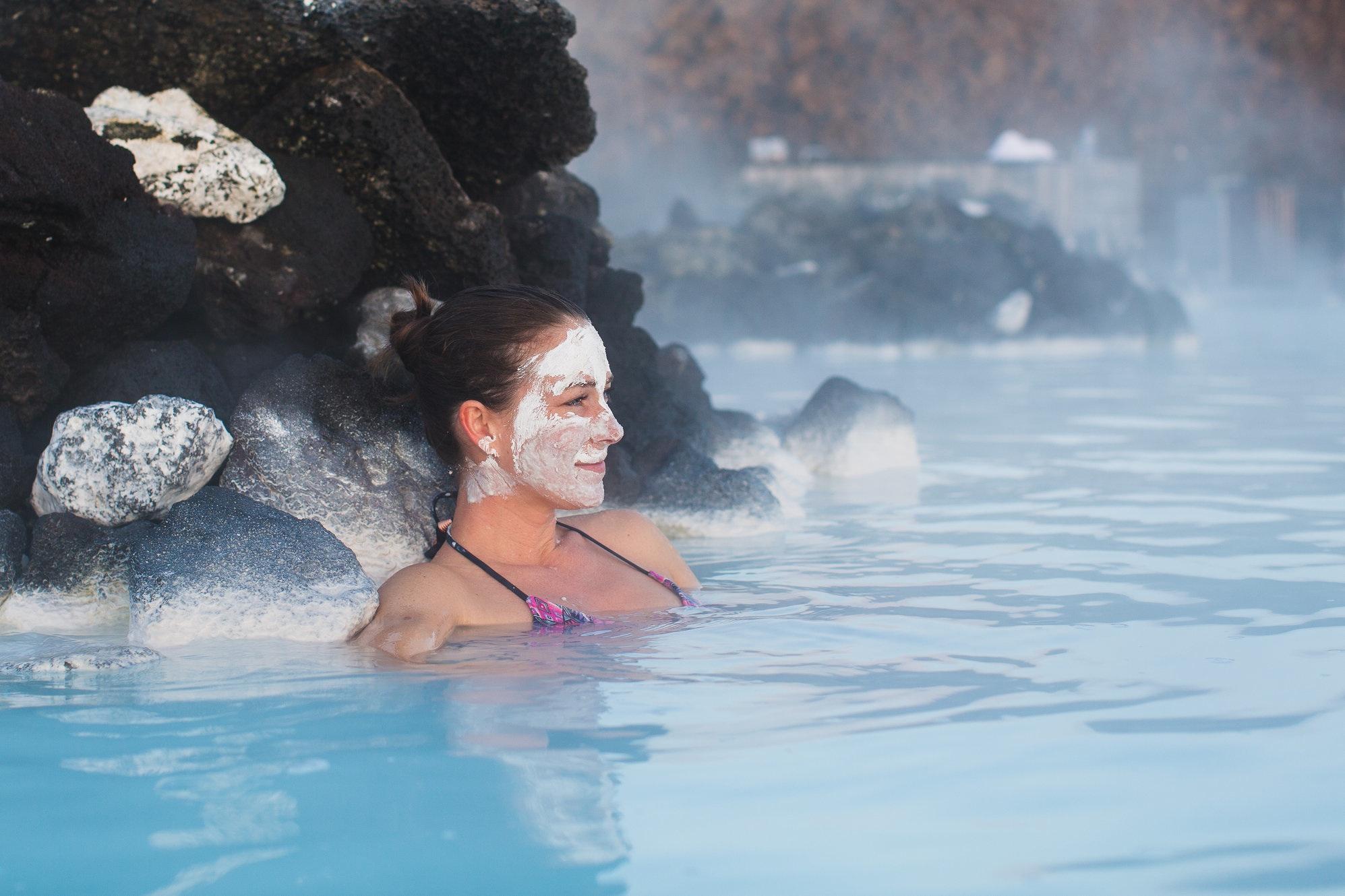 Blå lagunens naturliga värme och mjukgörande alger ger avkoppling och mjukar upp trötta muskler.