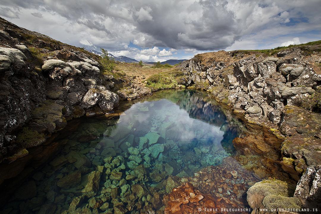 在丝浮拉大裂缝中体验浮潜,感受冰岛冰川水的剔透与纯净。