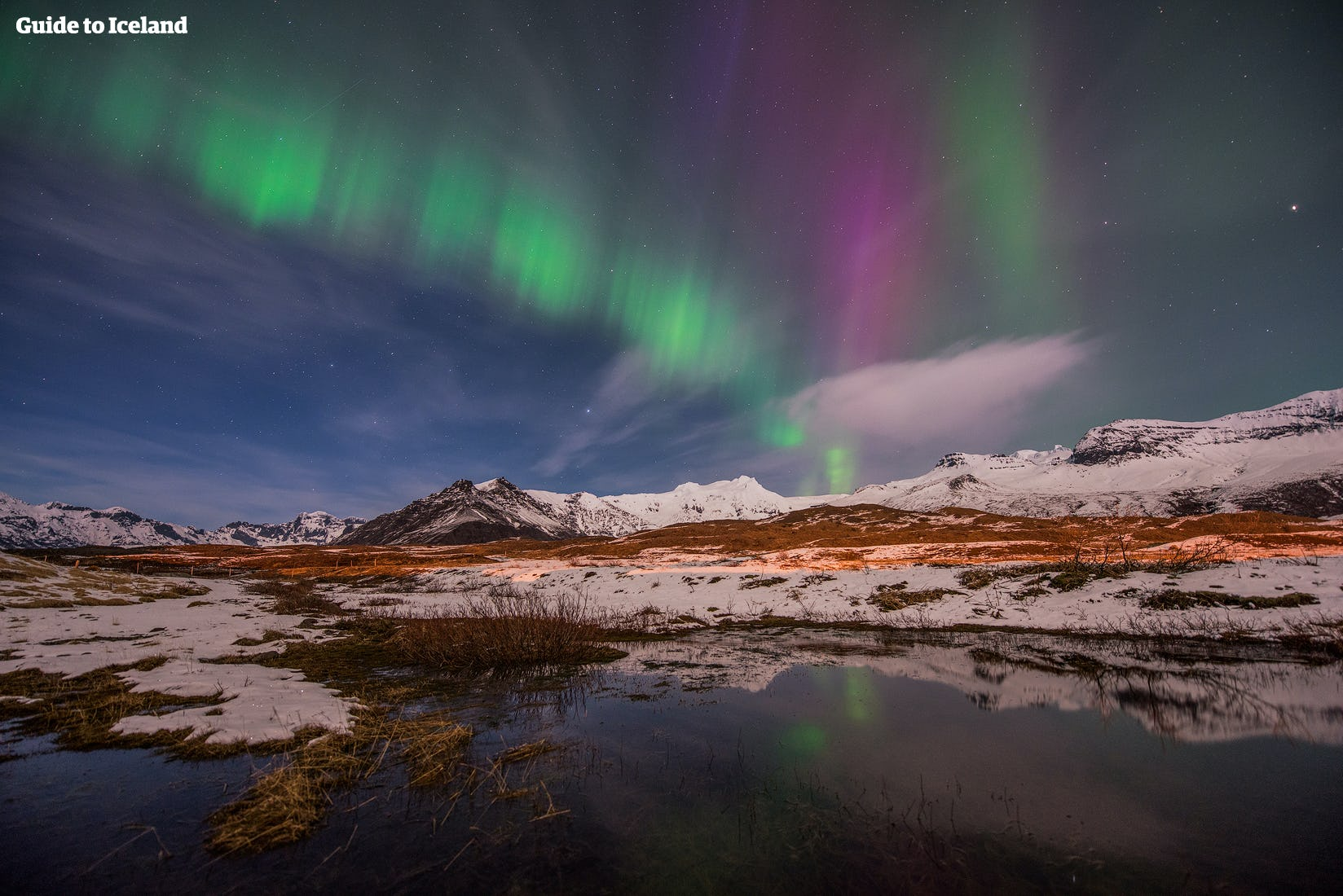 ท่องเที่ยวไปในประเทศไอซ์แลนด์ในฤดูหนาวและร่วมชื่นชมแสงเหนือที่กำลังเต้นรำอยู่บนท้องฟ้า.