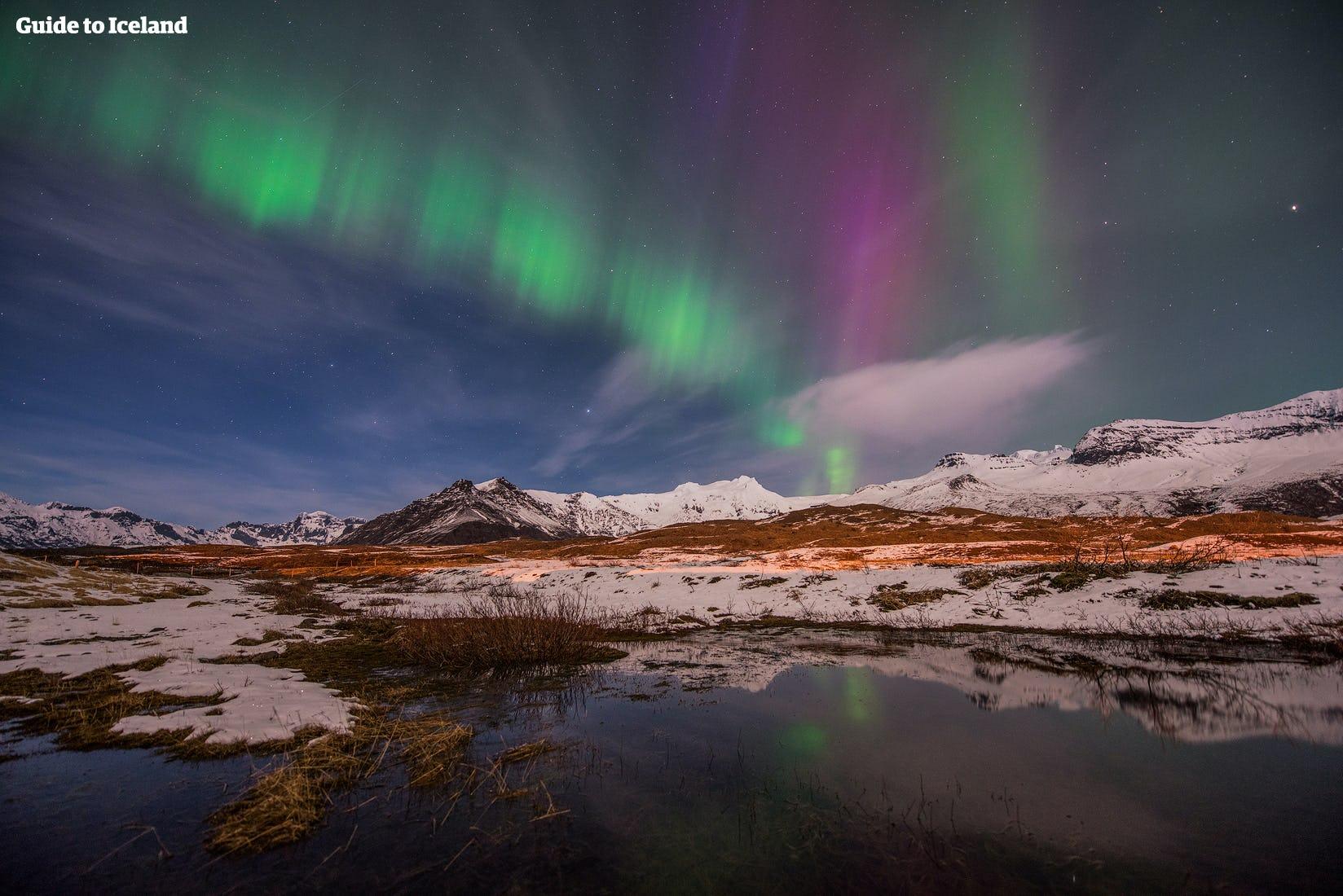 Bereise Island im Winter und beobachte die tanzenden Nordlichter am Nachthimmel über dir.