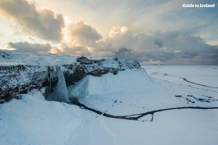 雪に覆われた南アイスランドのセリャラントスフォスの滝
