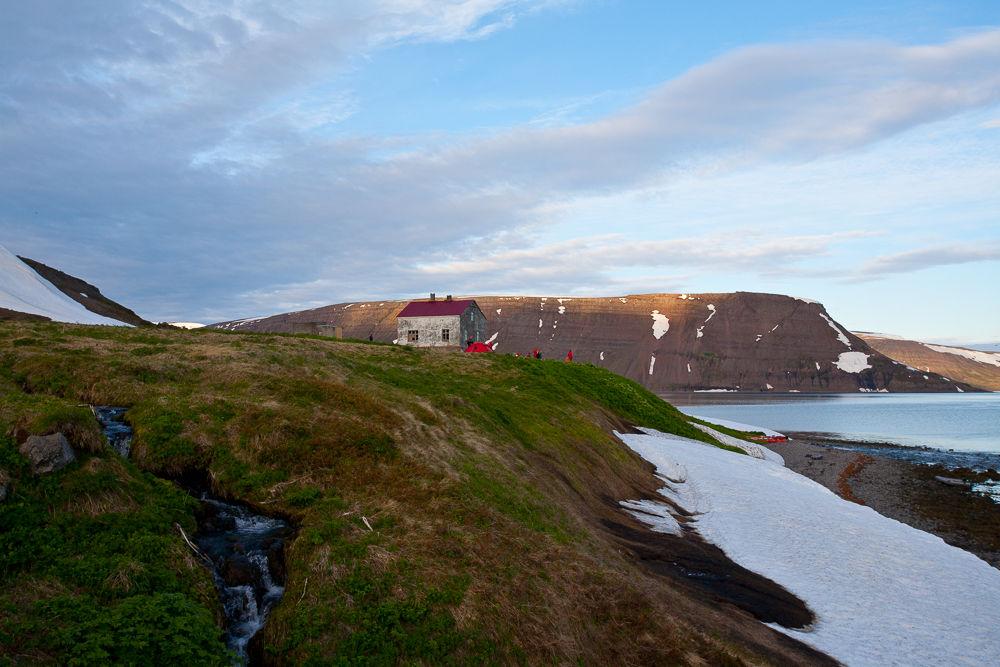 一座位于冰岛西部峡湾内孤傲的小屋