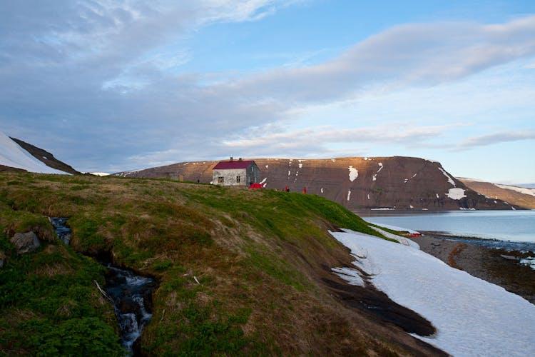 Samotny, opuszczony dom na islandzkich Fiordach Zachodnich