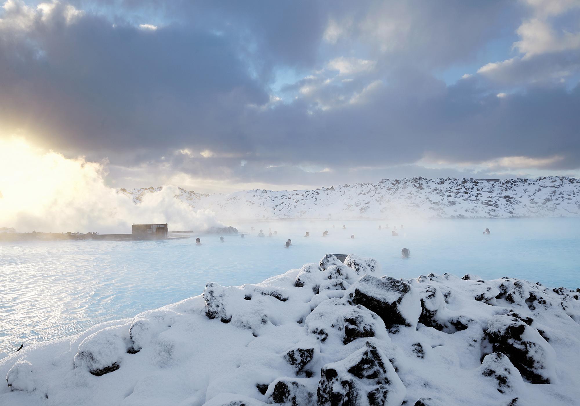 在蓝湖温泉的温润湖水中放松身心是冬季来冰岛旅行的最佳休闲方式