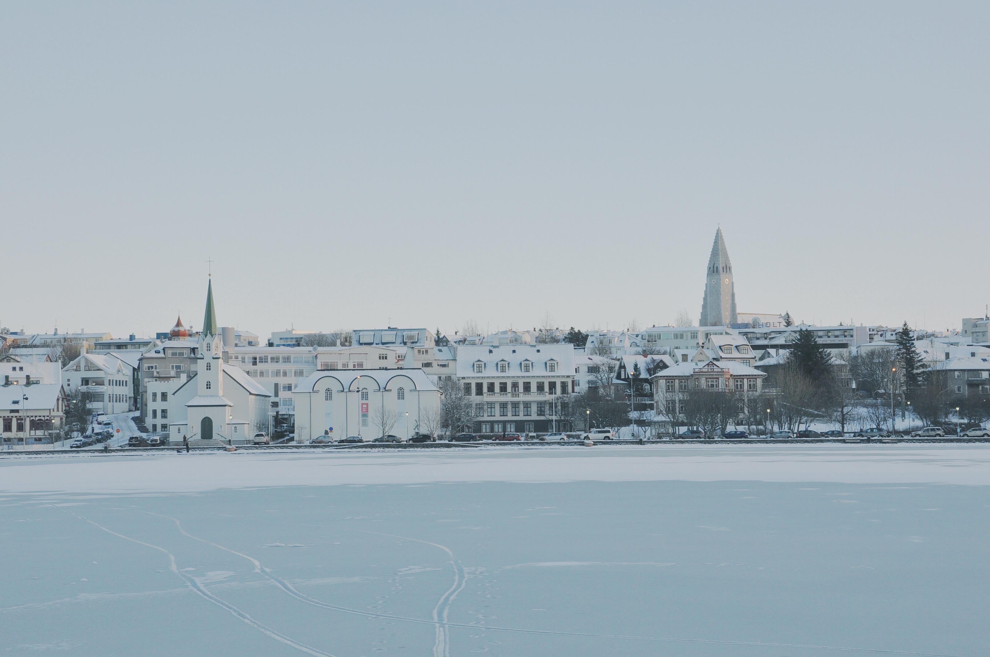 Panorama Reykjavíku przykrytego śniegiem.