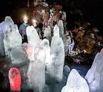 Eisskulpturen in der Höhle Lofthellir in Island.