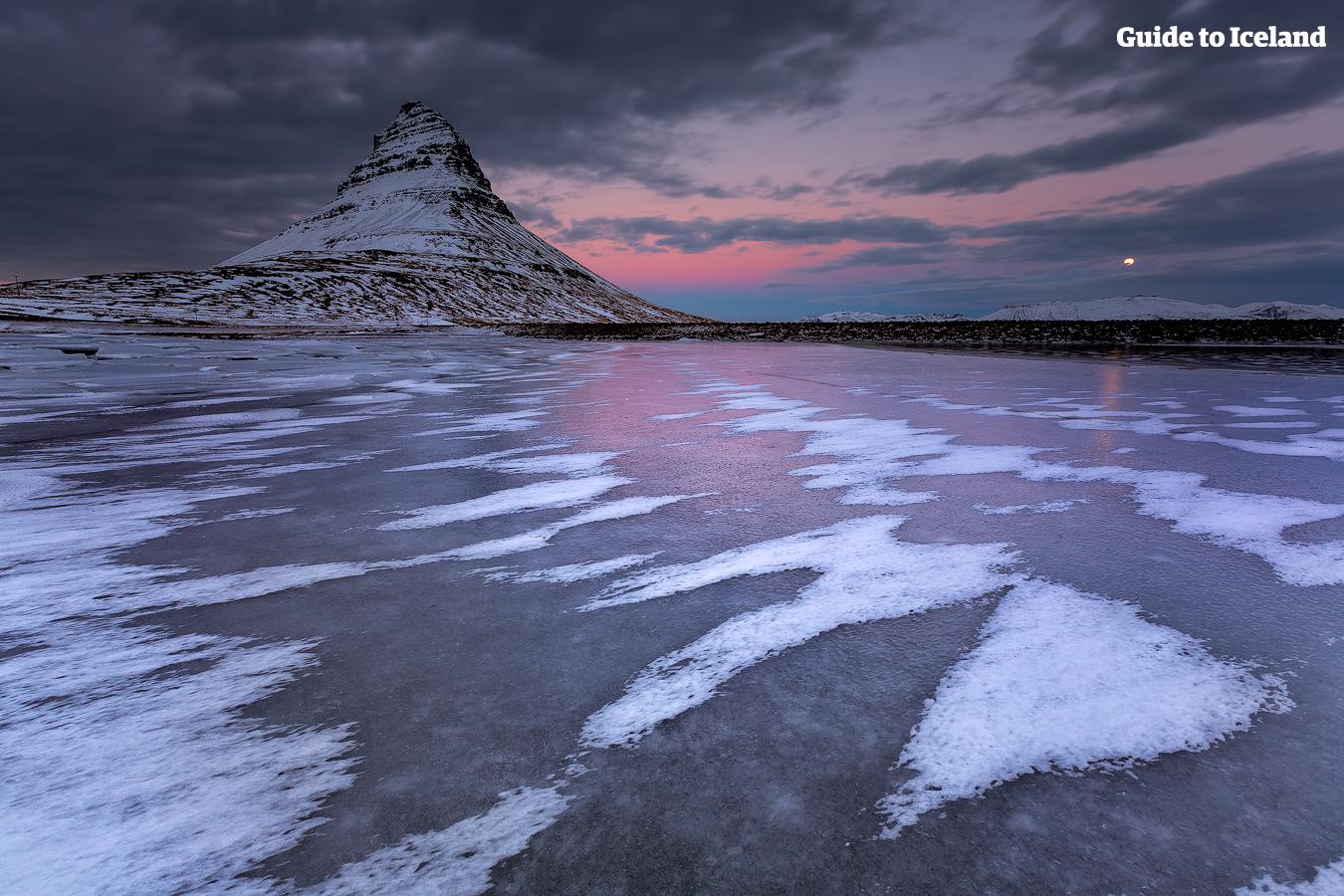Kirkjufell, betekent in het Nederlands 'Kerkberg', en is 463 meter hoog.