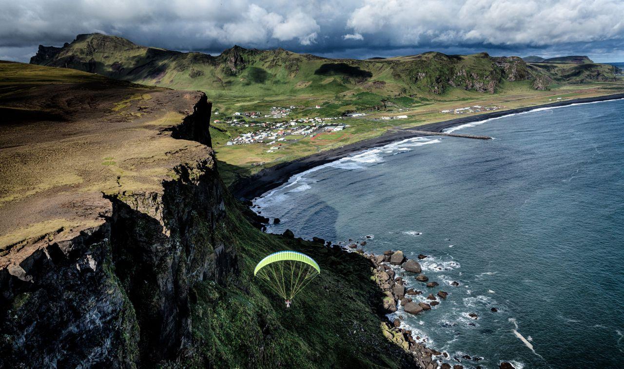 乘坐滑翔伞,飞越冰岛壮丽的自然风光,收获独一无二的旅行体验。