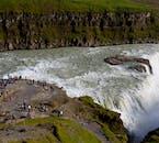 グトルフォスの滝を楽しむには2つの展望デッキがあり、滝壺の近くまで行ける場所もある