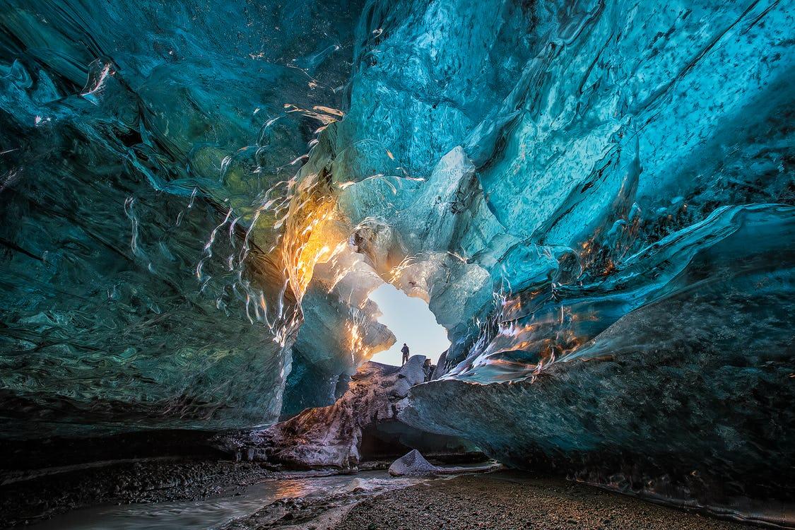 Solo chi ha la fortuna di visitare l'Islanda in inverno avrà la possibilità di esplorare una grotta di ghiaccio.