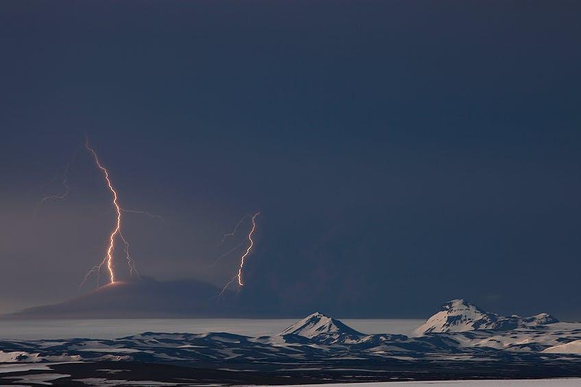喷发中的冰岛格里姆火山