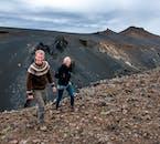 Bei einer Wanderung durch Lavafelder in Island erlebt man die Mächte der Natur hautnah.