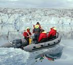 Pochi ospiti ti accompagneranno in un tour in zodiac nella laguna glaciale di Jökulsárlón.