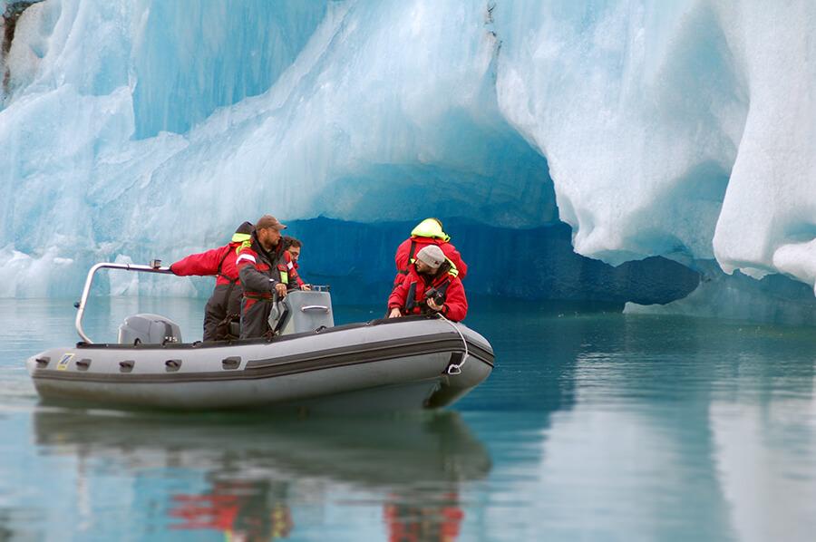 夏にはゾディアックボートツアーで、氷河湖の涼しい景色を堪能
