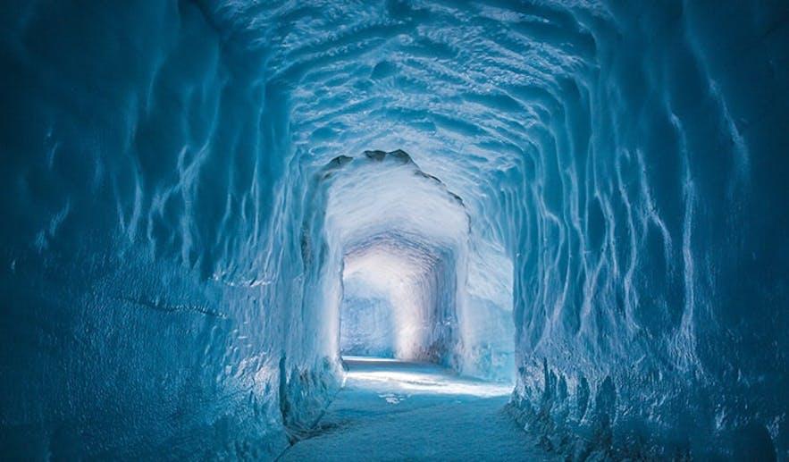 朗格冰川上的人工隧道