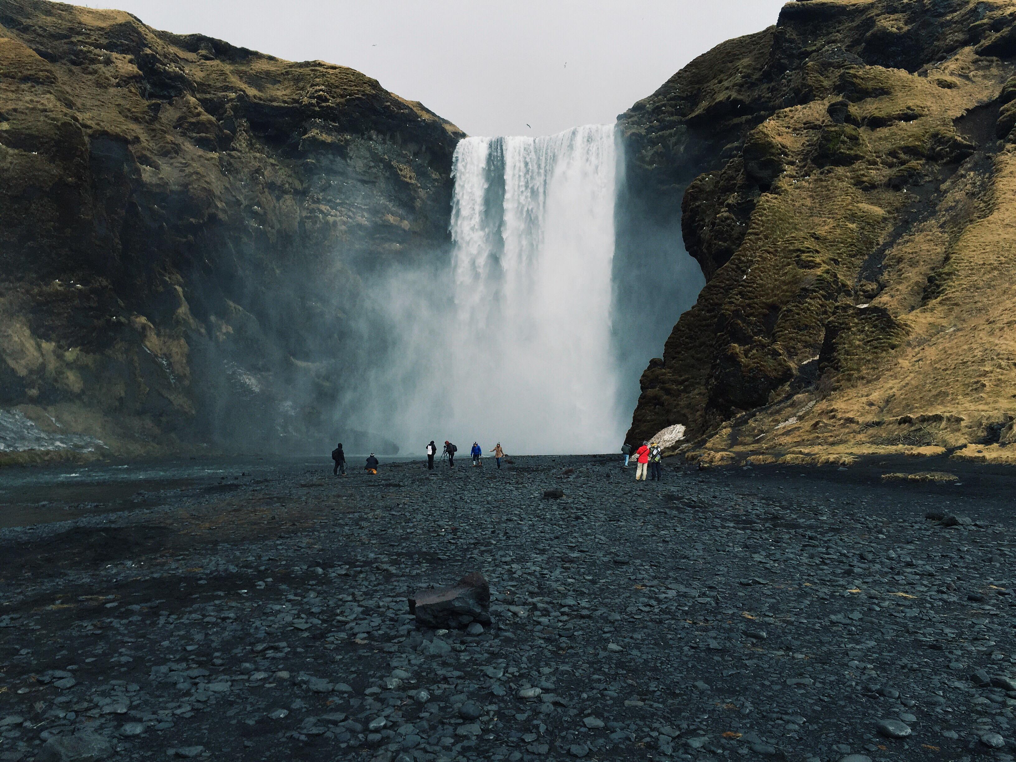 De indrukwekkende waterval Skógafoss is een van de populairste natuurlijke bezienswaardigheden van IJsland.
