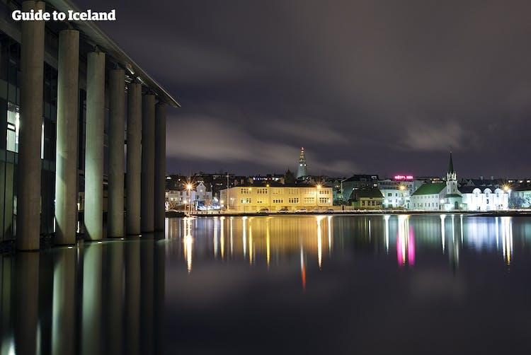 チョルトニン湖から見たレイキャビクの夜景