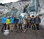 Groupe équipé pour une randonnée sur glacier au pied du Solheimajokull