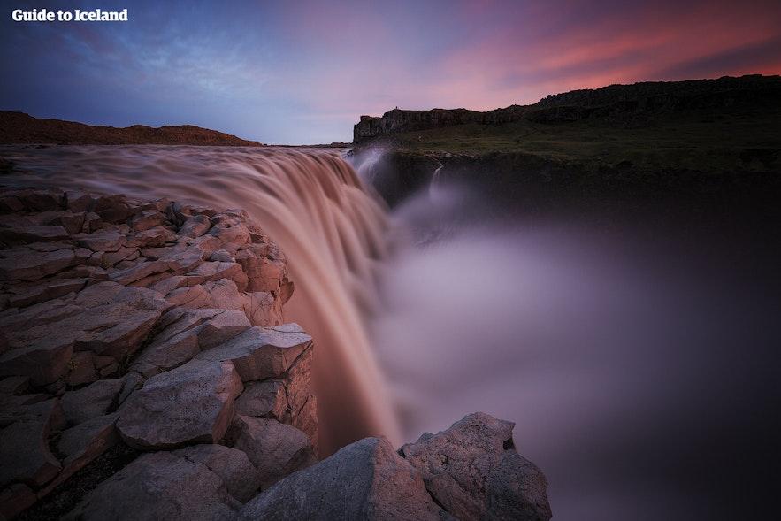 Dettifoss-waterval bij het schemerige licht van de middernachtzon