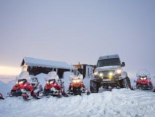 Skutery śnieżne na lodowcu Langjokull, spod wodospadu Gullfoss