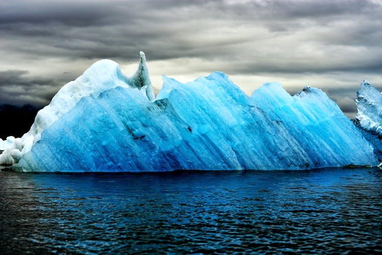 神秘的なヨークルスアゥルロゥン氷河湖で浮かぶ巨大な青い氷山